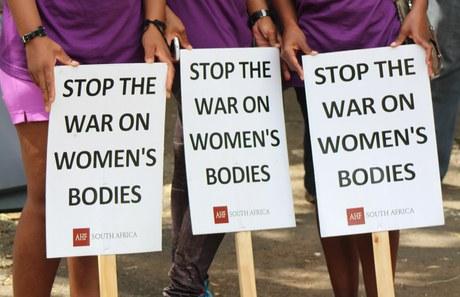 Geschlechtsspezifische Gewalt: Die internationale Zusammenarbeit in der Verantwortung