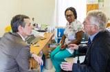 Bundesrat Ignazio Cassis besucht Ruedi Lüthys HIV-Klinik in Simbabwe